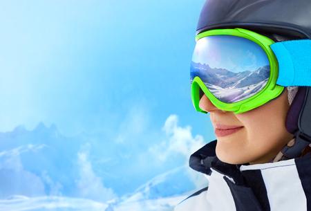 Foto de A Mountain Range Reflected in the Ski Mask - Imagen libre de derechos