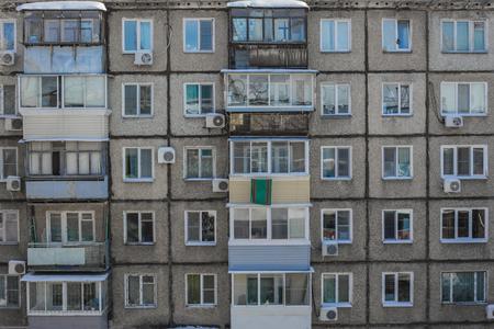 Foto de A terrible, poor apartment building built of concrete slabs. Deteriorated, cheap housing, poor housing conditions. - Imagen libre de derechos