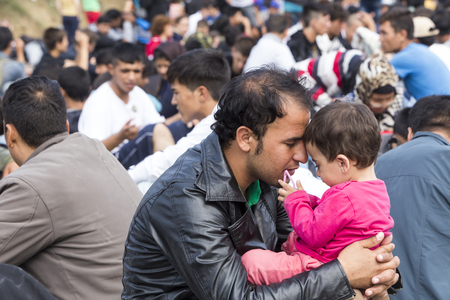 Foto de Idomeni, Greece - September 24 , 2015: Hundreds of immigrants are in a wait at the border between Greece and FYROM waiting for the right time to continue their journey from unguarded passages - Imagen libre de derechos