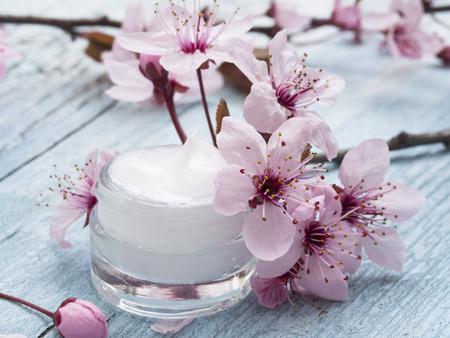 Foto de natural facial cream with spring flowers decoration - Imagen libre de derechos