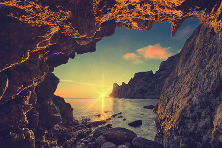 Foto de Vintage sea sunset from the mountain cave - Imagen libre de derechos