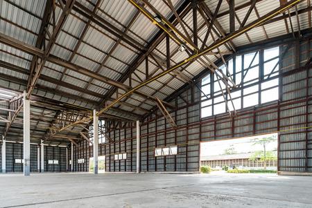 Foto de Empty old and rustic hangar building  - Imagen libre de derechos