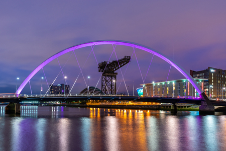 Foto de Clyde Arc Bridge along River Clyde Sunset twilight at Glasgow city Scotland UK. - Imagen libre de derechos