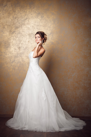 Photo pour Beautiful young bride in wedding dress - image libre de droit