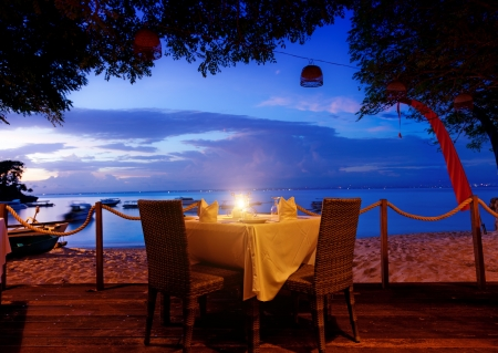 Photo pour dinner on sunset at beach in Bali, Indonesia  - image libre de droit