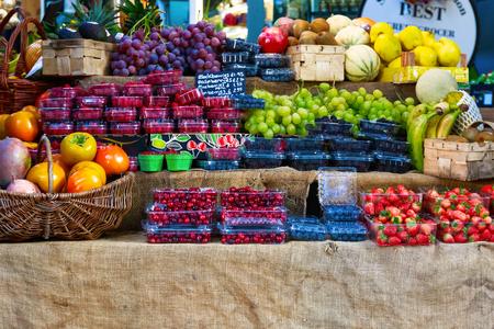 Photo pour Fresh fruits on display at Borough Market, London - image libre de droit