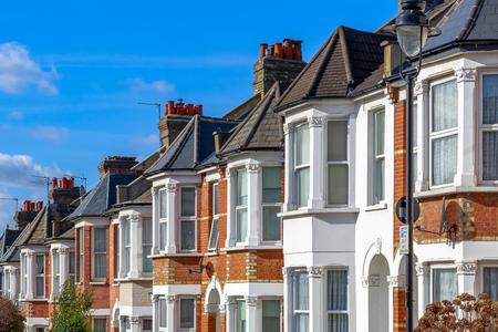 Foto de Row of typical English terraced houses in West Hampstead, London - Imagen libre de derechos