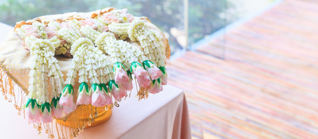 Foto de Fresh flower garland in metal tray on reception desk background. Decorative Ornamental Flower, Nature, Valentine Day, Home Decoration, Bridal Wedding Reception, Floral Arrangement and Interior concept - Imagen libre de derechos