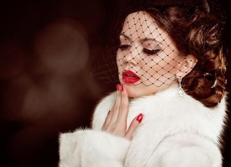 Foto de Retro lady portrait. Beautiful Woman in Luxury Fur Coat. Coquette - Imagen libre de derechos