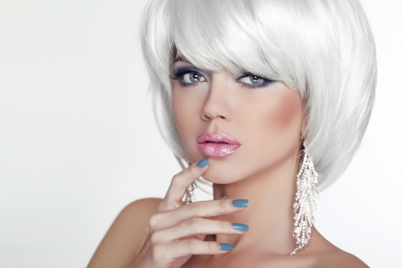 Photo pour Fashion Sexy Blond Woman Portrait with White Short Hair. Luxury Girl. Jewelry. Haircut and Makeup. Hairstyle. Make up. Vogue Style. Glamour Model Photo - image libre de droit
