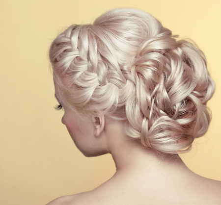 Photo pour Beauty wedding hairstyle. Bride. Blond girl with curly hair styling - image libre de droit