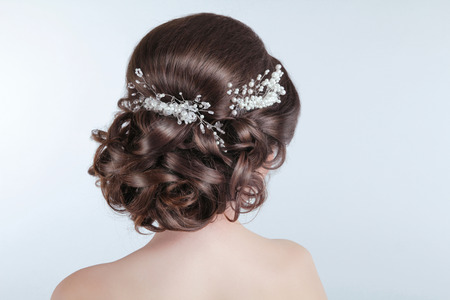 Photo pour Beauty wedding hairstyle. Bride. Brunette girl with curly hair styling with barrette.  - image libre de droit