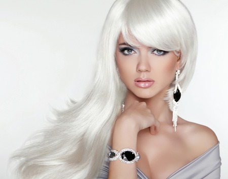 Photo pour Beauty attractive blond portrait. White Long hair. Fashion girl model posing with Expensive Jewelry. - image libre de droit
