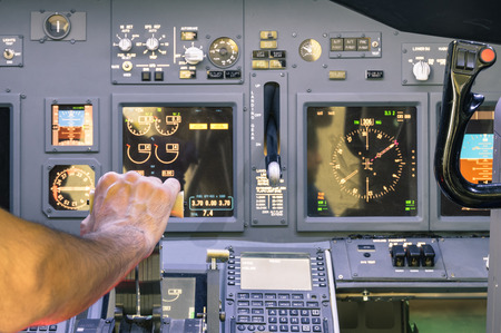 Photo pour Captain hand accelerating on the throttle in commercial airliner flight simulator - Cockpit thrust levers on the phase of takeoff - image libre de droit