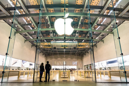 Foto de LOS ANGELES - 21 MARCH 2015: Apple store on 3rd Street Promenade in Santa Monica CA United States. The retail chain owned and operated by Apple Inc is dealing with computers and electronics worldwide. - Imagen libre de derechos