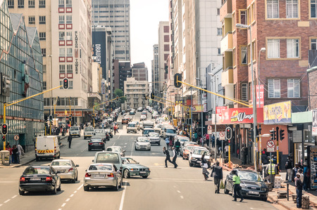 Foto de JOHANNESBURG, SOUTH AFRICA - NOVEMBER 13, 2014: rush hour and traffic jam on Von Wiellig Street at the crossroad with Comminsioner St in the crowded and modern multiracial capital of South Africa. - Imagen libre de derechos