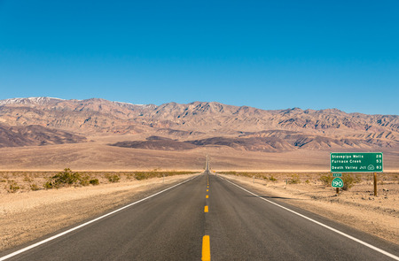 Photo pour Death Valley in California - Empty infinite road in the desert - image libre de droit
