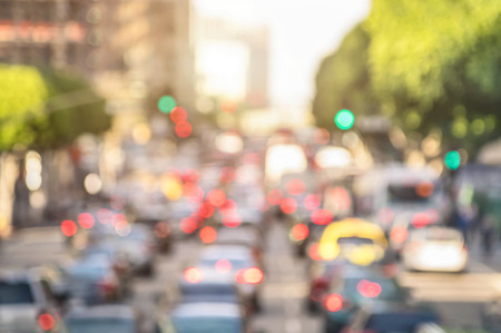 Photo pour Rush hour with defocused cars and generic vehicles - Traffic jam in Los Angeles downtown - Blurred bokeh postcard of american iconic city with bright daylight colors - Real life transportation concept - image libre de droit
