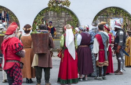 Photo pour Kalshteyn / Czech Republic - October 1 2017: Medieval costumed parade and history themed wine festival in the Kalshteyn castle - image libre de droit