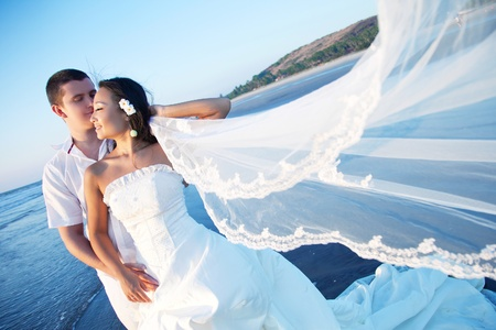 Foto de Honeymoon couple on the beach - Imagen libre de derechos