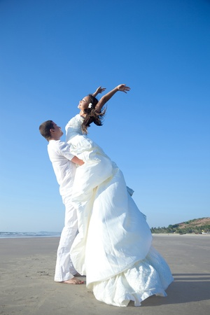 Photo pour Attractive married couple are happy on the beach - image libre de droit