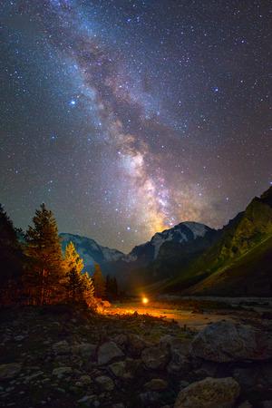 Foto de Milky Way over mountains - Imagen libre de derechos