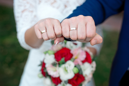 Photo pour Close-up Bride and grooms hands with wedding rings - image libre de droit