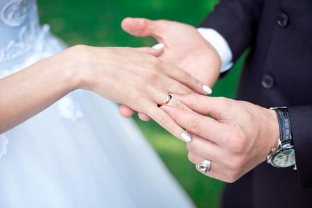 Photo pour Close-up Bride and grooms hands with wedding rings - image libre de droit