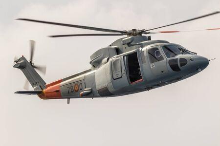 Foto de MOTRIL, GRANADA, SPAIN-JUN 09: Helicopter Sikorsky S-76C taking part in an exhibition on the 12th international airshow of Motril on Jun 09, 2017, in Motril, Granada, Spain - Imagen libre de derechos