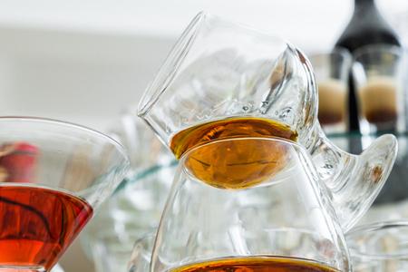 Foto de Glasses are filled with whiskey on the table - Imagen libre de derechos