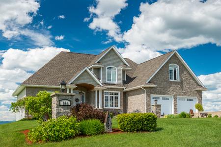 Foto de A beautiful new house on a hill in Canada. - Imagen libre de derechos