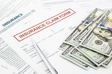 Photo pour insurance claim form and compensate money, accidental and insurance concepts - image libre de droit