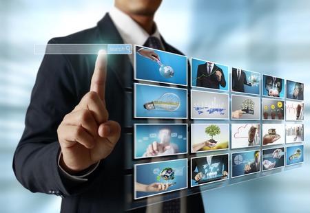 Photo pour businessmen and Reaching images streaming, digital photo album - image libre de droit