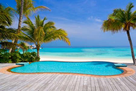 Photo pour Pool on a tropical beach - vacation background - image libre de droit