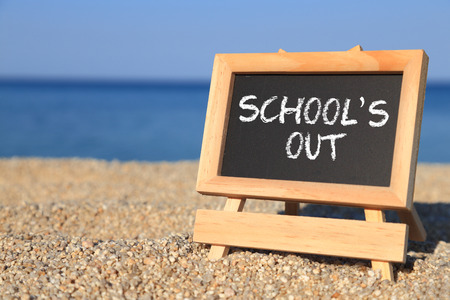 Photo pour Blackboard with School's out text on the beach  - image libre de droit