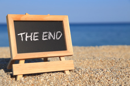 Photo pour Blackboard with The end text on the beach - image libre de droit