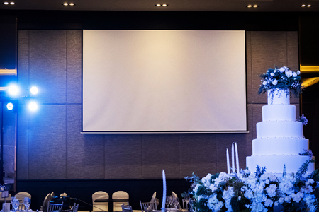 Photo pour Front view of wedding room with empty white projector screen - image libre de droit