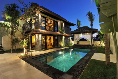 Photo pour Modern tropical villa with swimming pool in nature  - image libre de droit