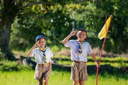 Foto de Boy scout making an oath at the forest. - Imagen libre de derechos