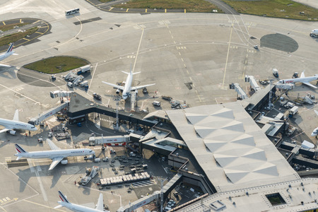 Foto de Aerial image of Air France airplanes arriving at leaving at the terminal buildings from Orly (Ouest) International Airport - Imagen libre de derechos