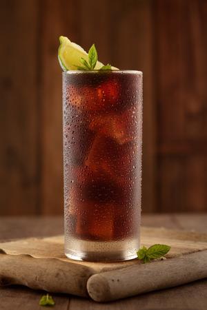 Photo pour Glass of cola with ice. - image libre de droit