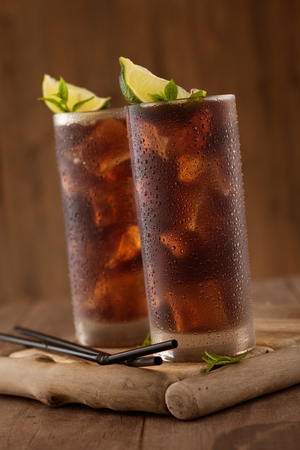 Foto de Glass of cola with ice. - Imagen libre de derechos