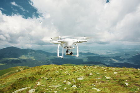 Foto de drone quadcopter with digital camera in the mountains. The drone with camera takes pictures of the misty mountains. quadcopter drone flying with digital camera on the sky. - Imagen libre de derechos