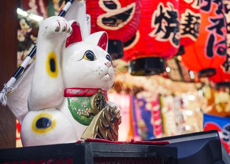 Foto de Maneki Neko Cat Japan lucky symbol shop front decoration - Imagen libre de derechos