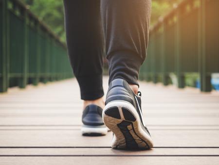 Photo pour Walk legs with sport shoe Outdoor Exercise Healthy lifestyle - image libre de droit