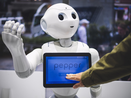Foto de TOKYO, JAPAN - APR 16, 2018 : Pepper Robot Humanoid Assistant with Information screen in Softbank shop Japan - Imagen libre de derechos
