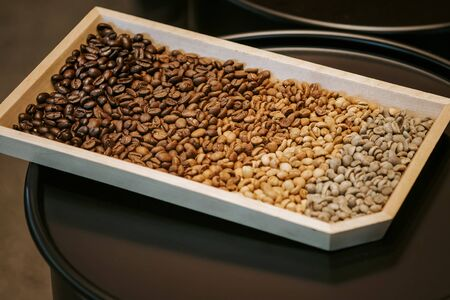 Foto de Coffee bean in various stage Raw beans to dark roast - Imagen libre de derechos
