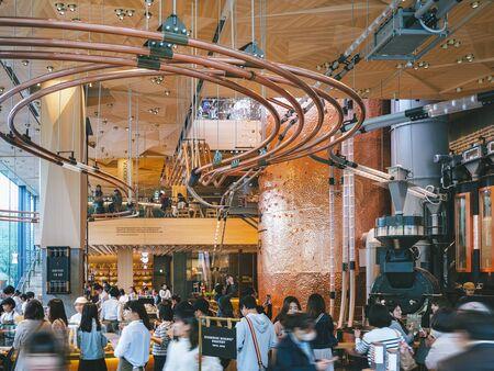 Foto de Starbucks Reserve Roastery Tokyo Nakameguro shop Interior design Coffee industry concept store. TOKYO, JAPAN - APR 17, 2019 - Imagen libre de derechos