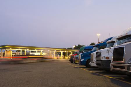 Foto de Number of semi trucks of various models - Imagen libre de derechos