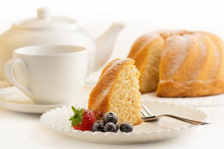Foto de slice of sponge cake and white porcelain - Imagen libre de derechos